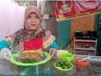 erlina-owner-elrasya-kitchen-memperlihatkan-menu-mie-ayam-yang-dijualnya.jpg