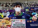 fajar-abdul-rohman-menunjukkan-special-reward-atlet-peraih-medali-emas-cabor-senam-pon.jpg