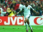 fernando-hierro-berselebrasi-usai-mencetak-gol-bersama-timnas-spanyol.jpg