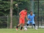 foto-pemain-sepak-bola-indonesia-ricky-yacobi-tengah-jersey-oranye.jpg