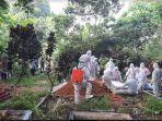 foto-pemakaman-jenazah-na-52-pasien-covid-19-di-semidang-aji-oku.jpg