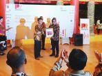 founder-ceo-pr-indonesia-menyerahkan-piagam-penghargaan-kepada-dodi-reza-alex.jpg