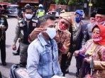 harnojoyo-pasang-masker-warga.jpg