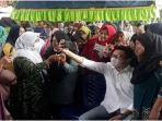 ibu-ibu-dan-wanita-rebutan-foto-bareng-cabup-oi-nomor-urut-1-panca-akbar-wijaya-rabu-9122020.jpg