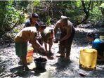 ibu-ibu-memeras-lumpur-di-tambang-minyak-rakyat-di-muratara-minggu-15112020.jpg