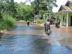 jalan-di-desa-rantau-kadam-kecamatan-karang-dapo-muratara.jpg
