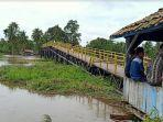 jembatan-desa-srigeni-oki-roboh-terseret-arus-sunai-kamis-2532021.jpg