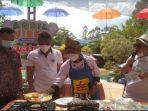 juri-lomba-masak-nasi-goreng-di-amanzi-tengah-mencicipi-masakan-chef-arya.jpg