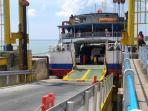 kapal-yang-akan-menyeberangkan-para-penumpang-dari-pelabuhan-tanjung-api-api_20160630_090500.jpg