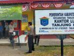 kasat-binmas-polres-ogan-ilir-akp-makmun-nartawinata-saat-mengunjungi-posko-covid-19.jpg