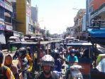 kemacetan-yang-disebabkan-oleh-mobil-truk-melintas-di-pasar-tebing-tinggi.jpg