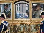 kereta-emas-belanda-atau-gouden-koets-menampilkan-panel-lukisan-bernama-hulde-der-kolonieen.jpg