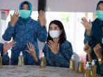 ketua-tpp-pkk-muba-thia-yufada-buat-hand-sanitizer.jpg
