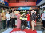 khadijah-pemenang-undian-isi-bbm-berhadiah-sepeda-motor-honda-revo-senilai-rp-158-juta.jpg