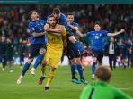 kiper-timnas-italia-gianluigi-donnarumma-setelah-berhasil-menepis-tendangan-penalti-bukayo-saka.jpg