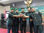 kolonel-inf-suko-basuki-tengah-salam-komando-dengan-dandim-0418-palembang_20150626_131031.jpg