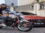 komedian-ade-jigo-menunjukkan-motor-rx-king-dan-mobil-mewah.jpg