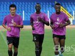 konate-makan-dan-mamadou-ndiaye-berlatih-bersama-di-stadion-bumi-sriwijaya-fc_20171209_151647.jpg