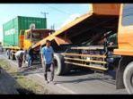 kontainer-adu-kambing-di-jalan-pangeran-ayin-palembang-senin-1052021.jpg