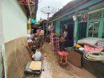 korban-banjir-di-lubuklinggau-sedang-membersihkan-perabotan-pasca-banjir.jpg