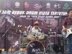 kunto-hartono-drummer-sakti-melakukan-aksi-menabuh-drum-1-jam-penuh_20161204_102948.jpg