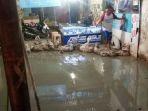lumpur-yang-memenuhi-teras-dan-lantai-toko-milik-warga-yang-membuat-heboh_20180503_214852.jpg