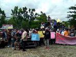 masyarakat-karang-dapo-menggelar-aksi-damai-di-depan-kantor-bupati-musi-rawas-utara-muratara.jpg