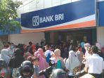 mengantri-di-unit-bank-rakyat-indonesia24242.jpg
