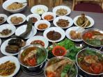 menu-pindang-dan-makanan-lainnya-di-rumah-makan-sarinande-tempo-doeloe-palembang_20151117_231228.jpg