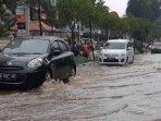 mobil-terobos-banjir-di-jakarta.jpg