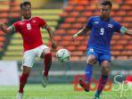 muhammad-hargianto-berduel-memperebutkan-bola-dengan-kapten-timnas-thailand_20170815_174135.jpg
