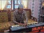 muklis-23-penyandang-tunanetra-oku-timur-mahir-memainkan-keyboard.jpg