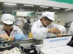 para-pekerja-foxconn-sedang-merakit-iphone-di-pabrik-perakitan-foxconn-di-tiongkok_20180916_183907.jpg