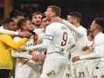 para-pemain-as-roma-berselebrasi-usai-mencetak-gol-dalam-ajang-liga-italia.jpg