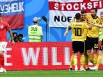 para-pemain-belgia-merayakan-gol-thomas-meunier-ke-gawang-inggris_20180714_230116.jpg