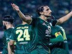 para-pemain-persebaya-berselebrasi-usai-mencetak-gol-di-ajang-liga-1-indonesia.jpg