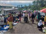 pedagang-pasar-rakyat-dempo-utara-berjualan-di-luar-gedung-pasar-kamis-3092021.jpg