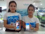 pegawai-vivo-menunjukan-handphone-tipe-y-22_20150501_211838.jpg