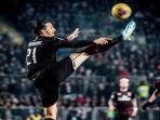 pemain-ac-milan-zlatan-ibrahimovic-saat-melakukan-kontrol-bola-di-udara.jpg