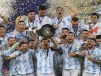 pemain-argentina-lionel-messi-memegang-trofi-lionel-messi.jpg