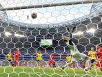 pemain-inggris-dele-alli-kanan-memperhatikan-bola-usai-menjebol-gawang-swedia_20180708_024256.jpg