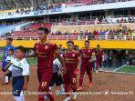 pemain-memasuki-lapangan-saat-pertandingan-sriwijaya-fc-vs-psim-di-liga-2-indonesia.jpg