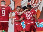 pemain-persija-berselebrasi-setelah-berhasil-mencetak-gol-dalam-ajang-liga-1-indonesia.jpg