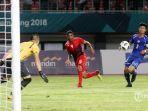 pemain-timnas-indonesia-beto-goncalves-tengah-berusaha-mencetak-gol-ke-gawang-timnas-taiwan_20180813_225304.jpg