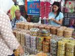 pembeli-sedang-memilih-kue-kering-di-stan-butik-cokelat-penjualan-kue-kering_20160907_182702.jpg