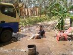 pemuda-asal-desa-tanjung-pinang-ogan-ilir-protes-kerusakan-jalan.jpg