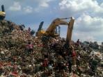 pemulung-di-antara-alat-alat-berat-yang-membuang-sampah-di-tpa-bantar-gebang_20151106_063159.jpg