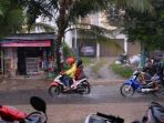 pengendara-kendaraan-bermotor-menerobos-hujan-saat-melintasi-jalan-sei-hitam-palembang_20180702_232951.jpg