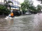 pengendara-motor-terobos-banjir-di-samping-kantor-gubernur_20151126_172649.jpg