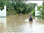 pengendara-sepeda-motor-terobos-banjir-di-muratara-kamis-21102021.jpg